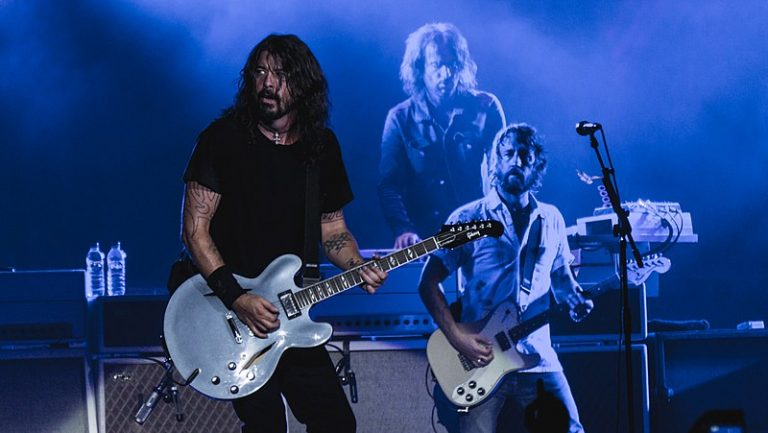 800px-Foo_Fighters_-_The_O2_-_Tuesday_19th_September_2017_FooO2190917-14_(37363741706)